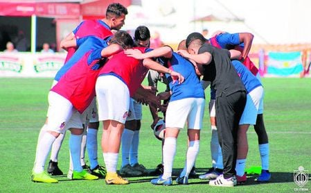 Los jugadores del Utrera se conjuran antes del comienzo de un encuentro de Liga.
