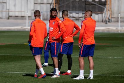 Caras serias en el entrenamiento del Atlético tras la eliminación europea