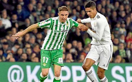 Joaquín y Varane disputan un balón en el Villamarín