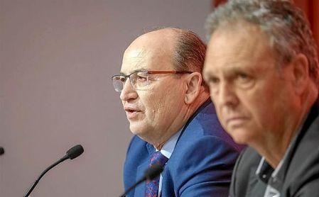José Castro, junto a Joaquín Caparrós, durante la rueda de prensa.