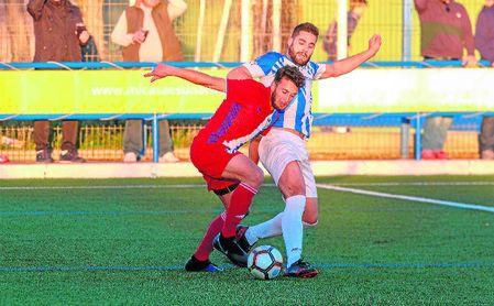 El ya exjugador visueño Quesada presiona a un rival del Atlético Onubense.