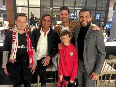 Daniel Alves, junto a Javi Navarro y Aitor Ocio en el Sánchez-Pizjuán.