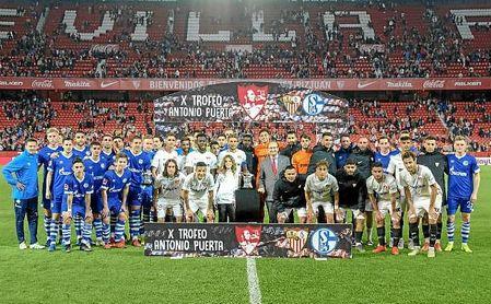 Los jugadores del Sevilla y Schalke posan por Aitor Puerta y el trofeo tras el partido.