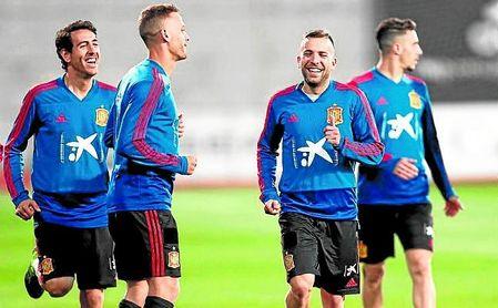 Sergio Canales, muy sonriente entre Parejo y Jordi Alba, durante un entrenamiento con la ´Roja´.
