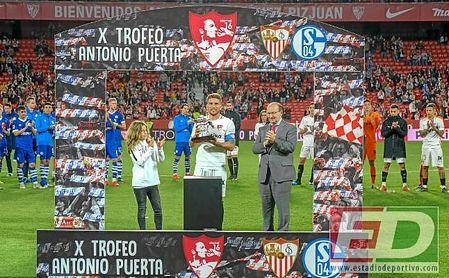 Carriço levante el trofeo Antonio Puerta junto a Aitor Puerta y José Castro.