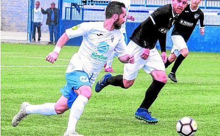 Plata, autor del primer gol del Castilleja, perseguido por el panadero Juanma.