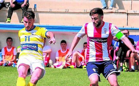 El ribereño Espada, autor del primer gol, cede el esférico en presencia del algecireño Iván Turrillo