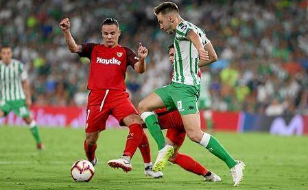 Roque Mesa y Loren pugnan por un balón en el Betis-Sevilla.