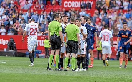 Los jugadores nervionenses protestan a González González tras acabar el Sevilla-Valencia.