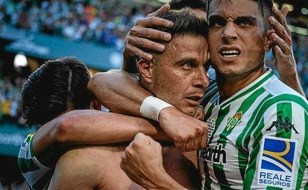 Bartra celebra con rabia el gol de Joaquín en el tiempo añadido.