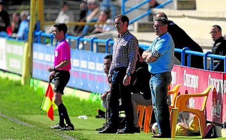 Manolo Zúñiga, entrenador del Coria, atento a las evoluciones de sus futbolistas.