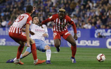 Yan Eteki disputando un balón con la camiseta del Almería