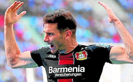 Lucas Alario celebra uno de los tres tantos que le endosó ayer al Hertha.