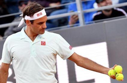 Federer pisa la tierra batida de Roland Garros cuatro años después