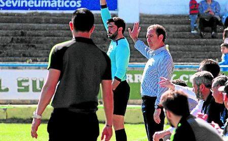 Manolo Zúñiga (derecha), entrenador del Coria, durante el encuentro.