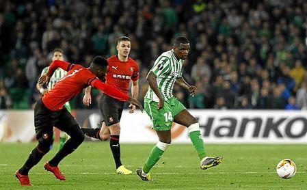 Ben Arfa persigue a Carvalho, durante el Betis-Rennes de la Europa League.
