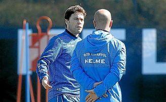 Rubi habla con uno de sus ayudantes en un entrenamiento del Espanyol.