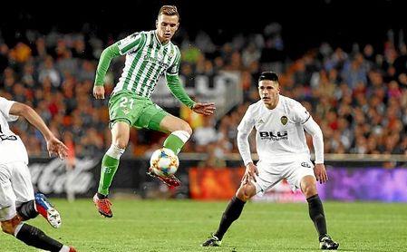Lo Celso controla un balón en un partido ante el Valencia.