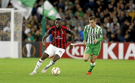 Lo Celso persigue a Bakayoko, durante el Betis-Milan de Europa League.