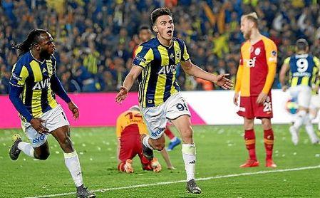 Elmas celebra un gol con el Fenerbahce esta temporada.