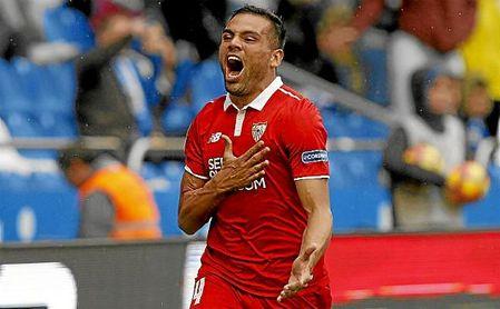 Mercado celebra un gol con el Sevilla en Riazor.