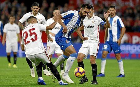 Borja Iglesias intenta zafarse de Mercado y Navas en el Sevilla-Espanyol.