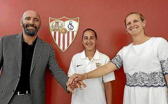 Monchi, junto a Virgy García tras firmar con el Sevilla FC Femenino.