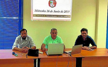 Perales, Paco Alba y Capi, en la asamblea del Gerena celebrada la semana pasada.