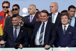 Bolsonaro entre aplausos y abucheos en la ceremonia de premiación a Brasil