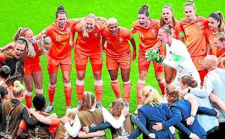 La bética Merel van Dongen, con el dorsal 4, celebra con sus compañeras el subcampeonato del mundo.