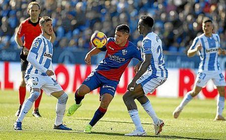'Cucho' Hernández intenta zafarse de dos rivales del Leganés.