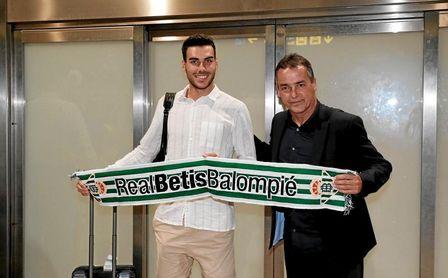 Dani Martín, a su llegada al aeropuerto de Sevilla para firmar por el Betis.