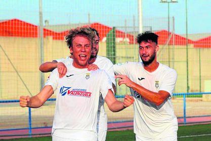 Jaime Bugatto celebra un gol con la camiseta del Arcos