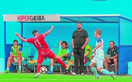 Diego Tristán, entrenador del Algabeño, observa la evolución de un encuentro.