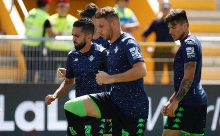 Joaquín, junto a Boudebouz, calentando antes del partido.