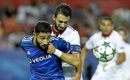 Fekir pugna con Pareja, en un Sevilla-Lyon de Champions.