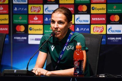 """Stephanie Frappart: """"El fútbol es igual para hombres y mujeres"""""""