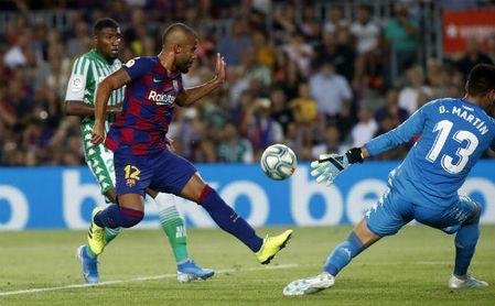 Rafinha intenta rematar un balón en el Barça-Betis.