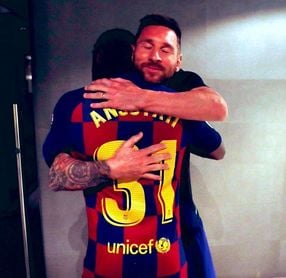 El abrazo de Messi con Ansu Fati al final del partido