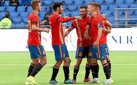 Los jugadores de la sub 21 celebran un gol de Olmo.