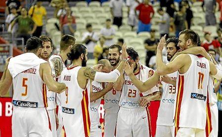 Los jugadores de la selección se felicitan tras ganar a Polonia.