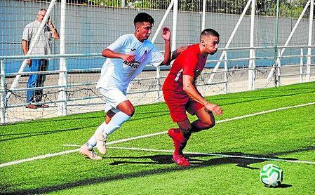 Ángel, autor del primer gol del 'Torre' y hombre más destacado del duelo, presiona al cañamero Ismael.