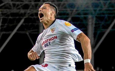Javier Hernández celebró con rabia su primer gol con el Sevilla.