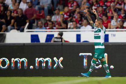 El uruguayo Brian Lozano anota dos goles y pone al Santos en el liderato