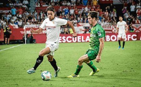 Óliver Torres conduce el balón en el partido ante la Real Sociedad.
