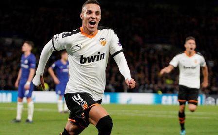 Rodrigo y Maxi en el ataque del Valencia, con Garay en la defensa