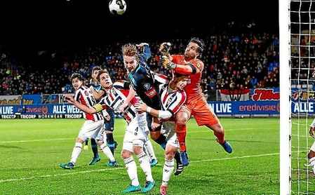 Fran Sol, bajo el portero, intenta defender una acción por alto con De Jong en un Willem II-PSV.