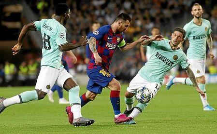 Messi sale de un regate en Champions