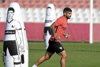 Banega, entrenándose con el Sevilla FC.