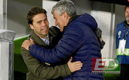 Rubi y Quique Setién se saludan en el Betis-Espanyol del pasado mes de abril.